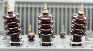 isolatori in porcellana per trasformatori