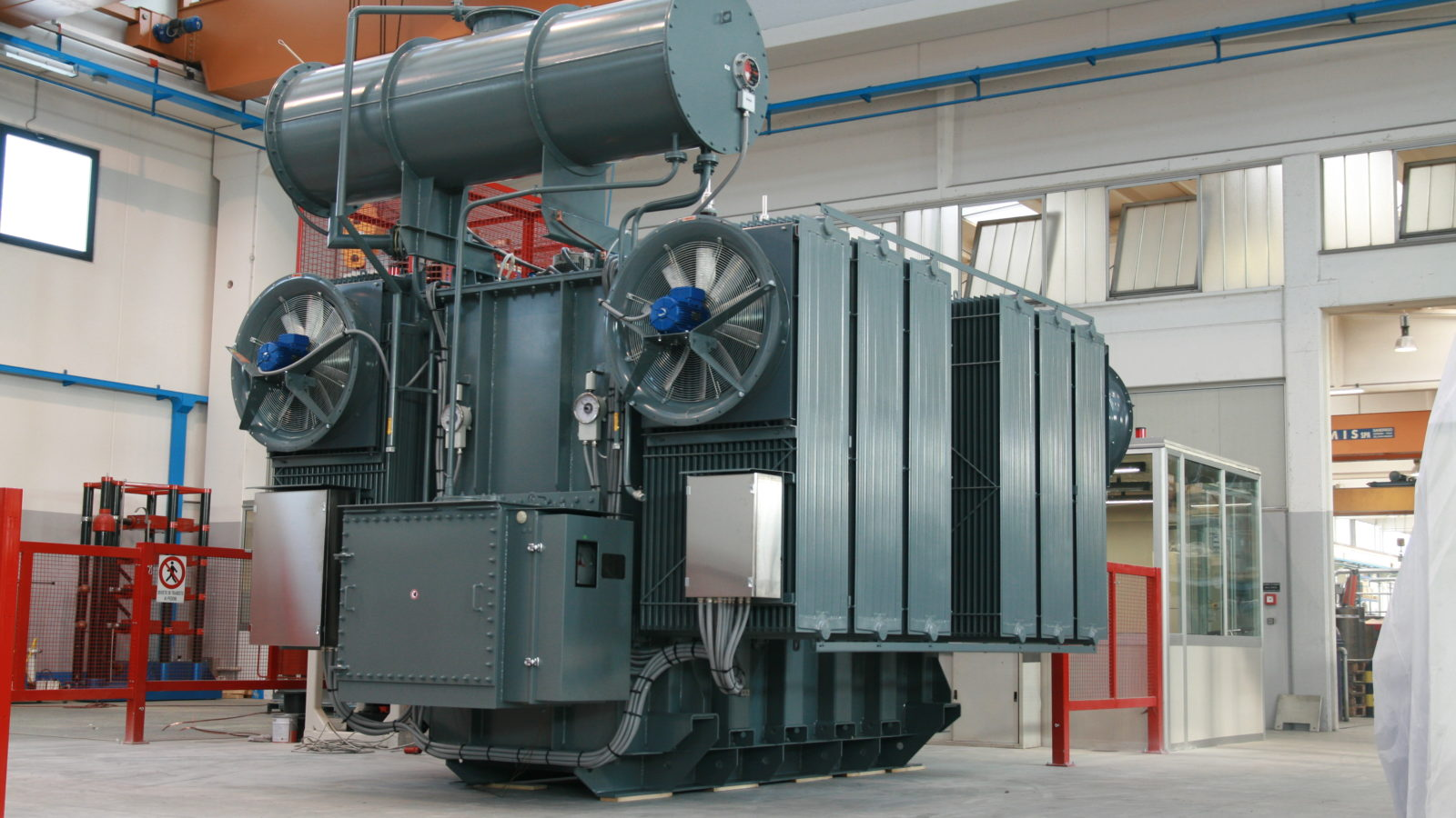 Oil power transformer with forced cooling system